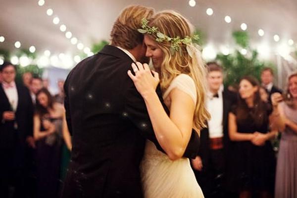 novios-bailando-el-vals-abrazados_Como-elegir-la-cancion-del-vals-de-los-novios