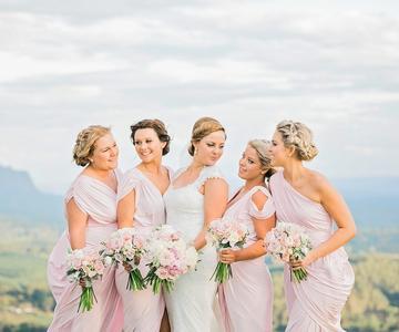 Estilos y diseños para el perfecto vestido de dama de honor de verano
